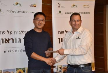 ליאור קושניר מעניק את המלגה לJingbo Zhen