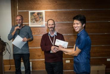 פרופ ניר אוהד מעניק מלגה ל Hung Nguyen