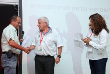 רפי דיין (ירוק 2000) מעניק את המלגה לאביתר איתיאל