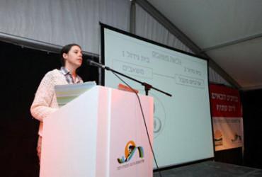 וולריה הוכמן-אדלר זוכת המלגה מקרן יאיר גוראון לשנה 2011 מרצה על עבודתה