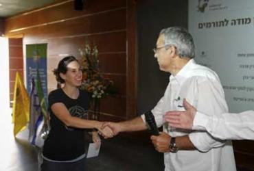איציק רופא מהקרן לביטוח נזקי טבע בחקלאות מעניק מלגה ל שרון רנן